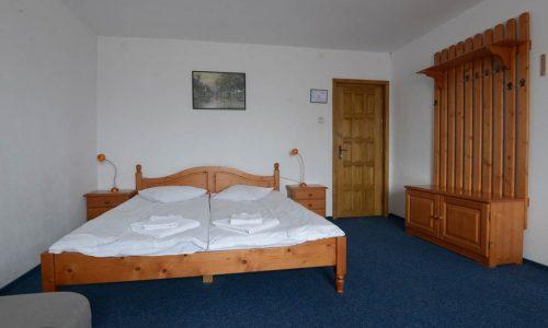 Camera-cu-pat-matrimonial-pentru-doua-persoane-la-cazare-hotel-maier-hunedoara-romania