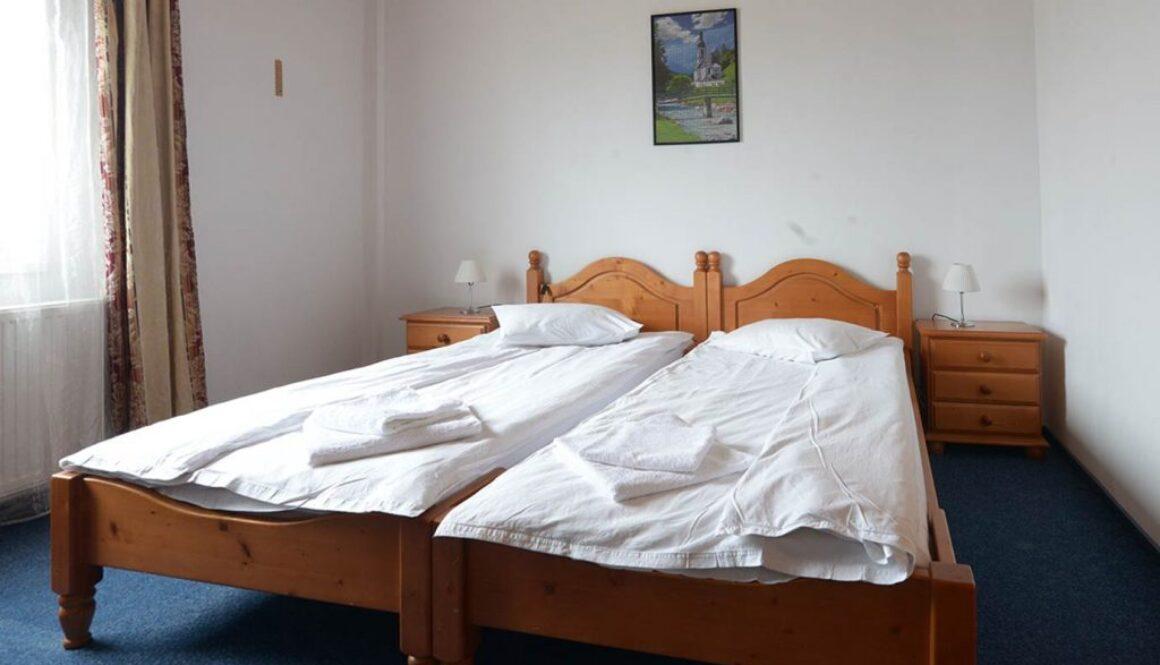 Cazare-in-camera-cu-doua-paturi-apropiate-la-hotel-maier-hunedoara-romania
